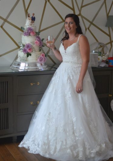 Gorgeous bride with her wedding cake :)