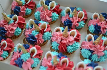 Unicorn cupcakes to match large birthday cake