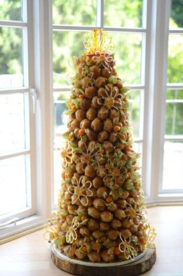 Summer croquembouche with daisies.