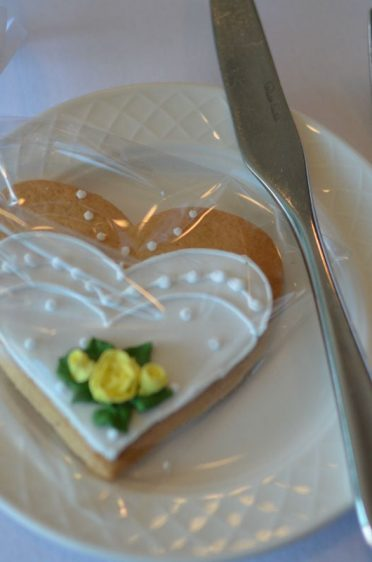 Bride cookies with roses