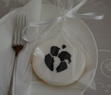 Bride & Groom silhouette cookies favours