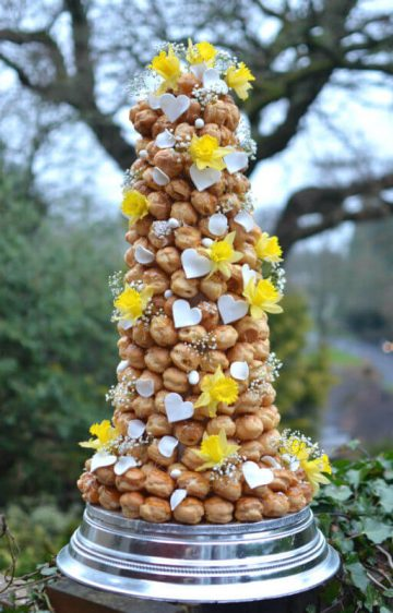 Spring croquembouche with daffodils